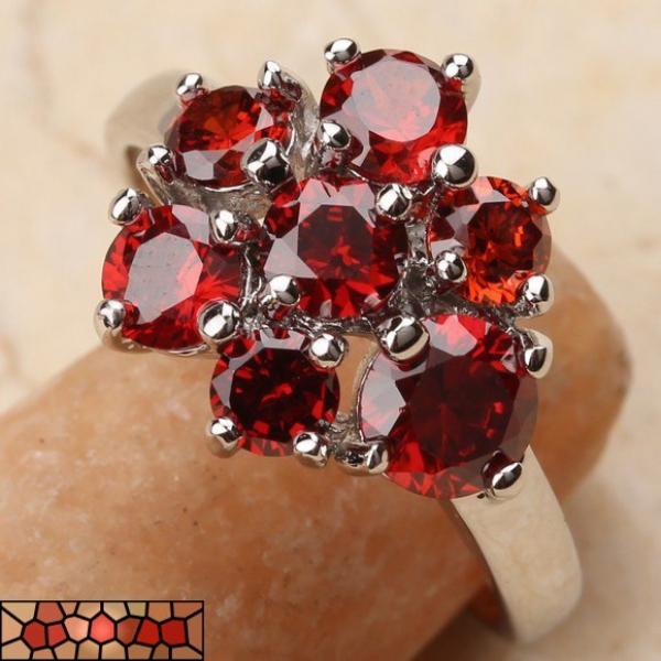 Кольцо с красными камнями, белое золото 750