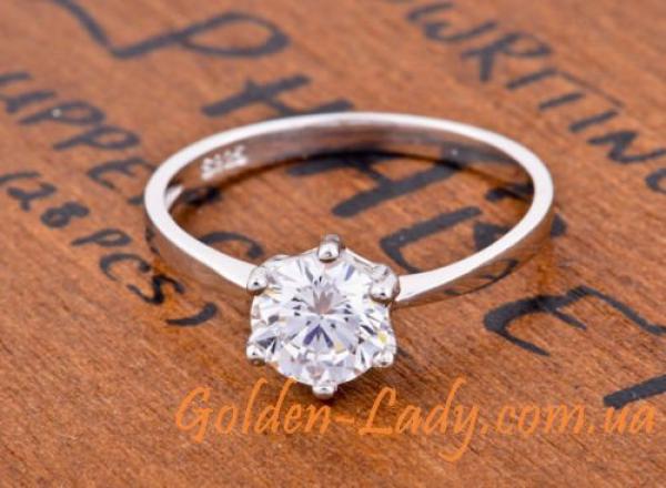 кольцо, лежащее на столе