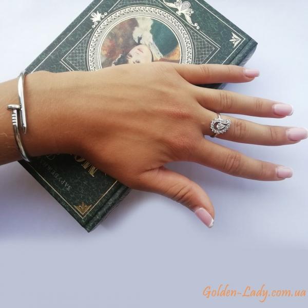 браслет гвоздик Картье на руке