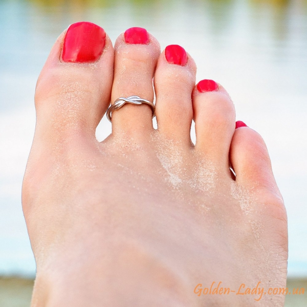 колечко на ноге над водой