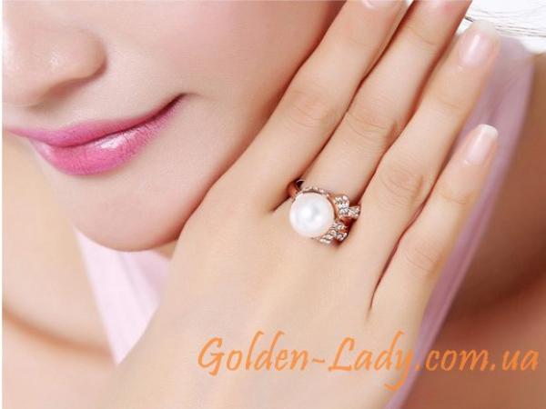 кольцо с жемчужиной на пальце