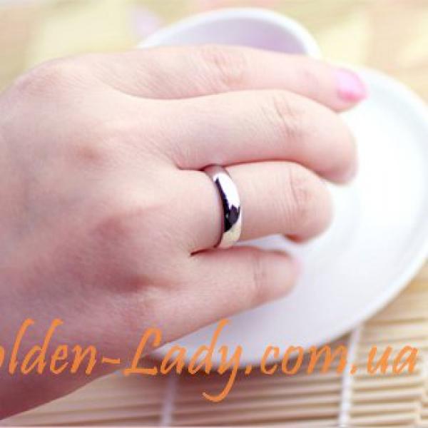 обручальное кольцо из белого золота на руке