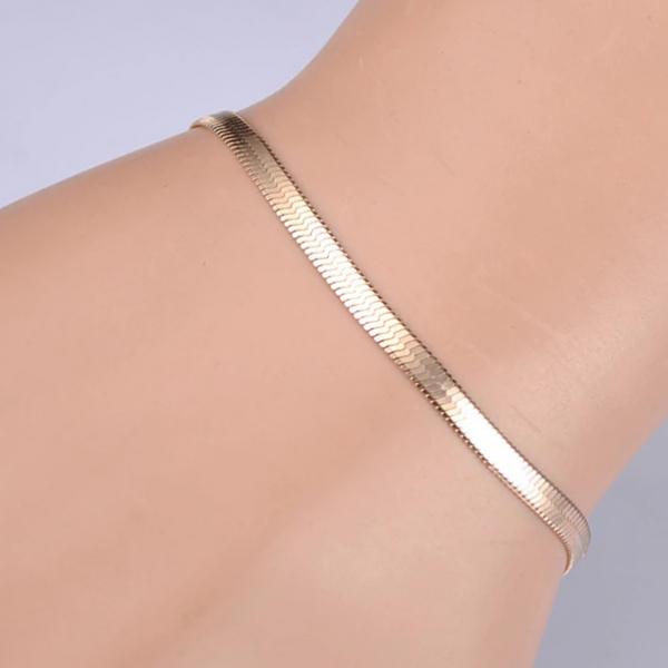 плоский браслет змея на руке