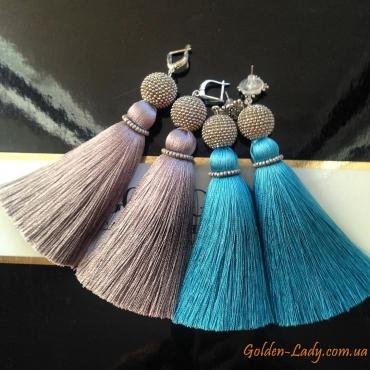 Сравнение серег кисточек: голубые и серые