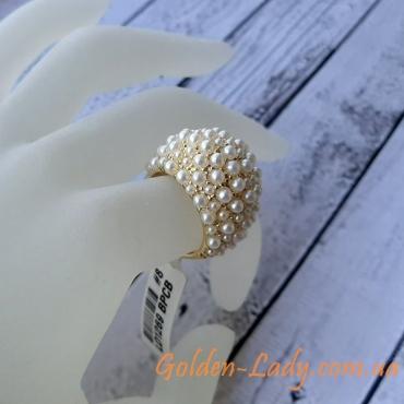 кольцо с жемчугом на пальце
