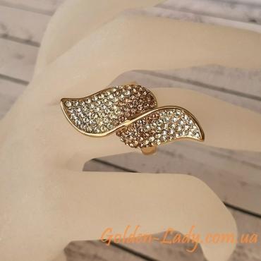 кольцо с листиками на пальце