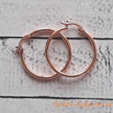 золотые сережки кольца Джозефина на столе