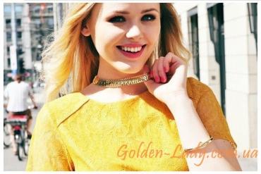 женская широкая цепочка золотого цвета