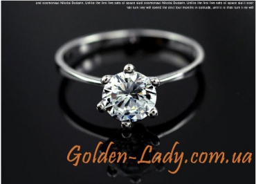 кольцо с фианитом на столе