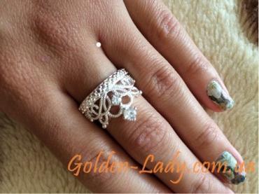 Кольцо в виде короны Silver Queen на пальце