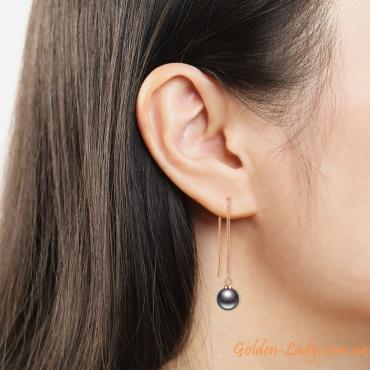 сережки с черным жемчугом в ухе