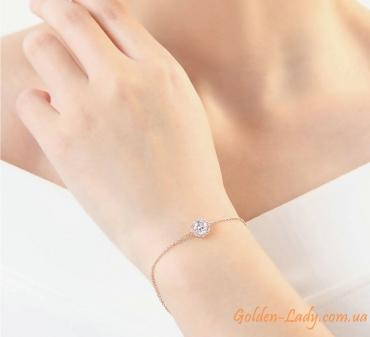 Браслет из цепочки с камнем на руке