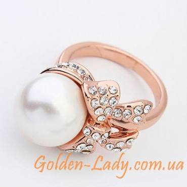 Кольцо с большой жемчужиной лежит на боку