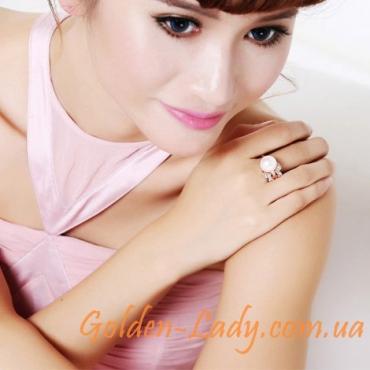 кольцо с жемчужиной на руке