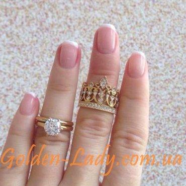 фото кольца в виде короны на руке
