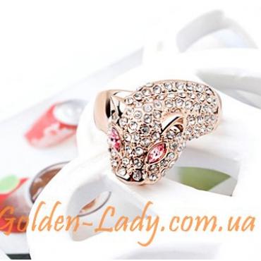 кольцо в виде леопарда лежит на столе