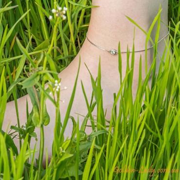браслет на ноге в траве