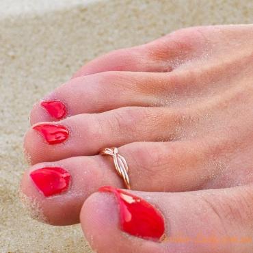 золотое колечко бесконечность на пальце ноги
