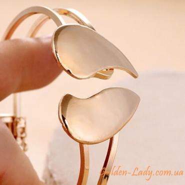 Красивый браслет с сердечком на руке