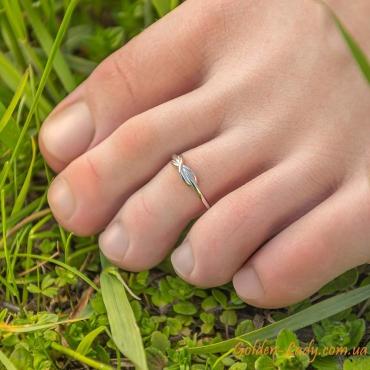 колечко на пальце ноги в траве