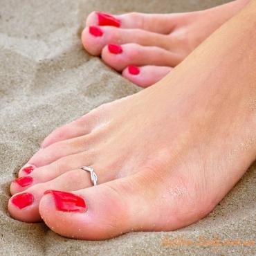 кольцо на пальце ноги на пляже