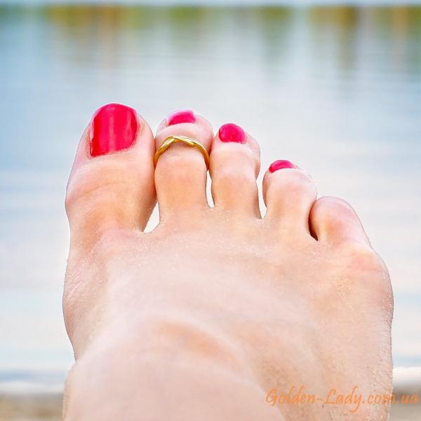 золотое кольцо на палец ноги над водой